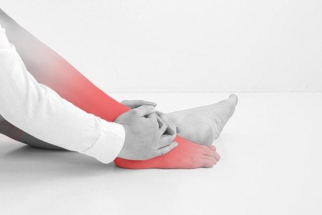 足を痛がる女性