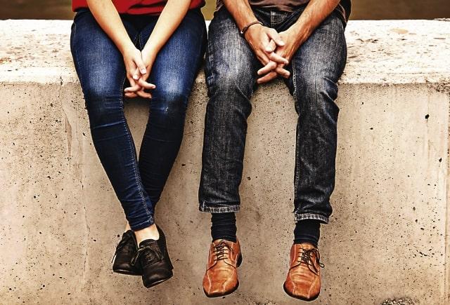 男性と女性が座る写真