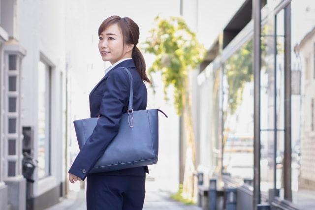 かばんを持つ女性