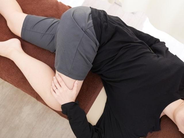 腰をストレッチする女性